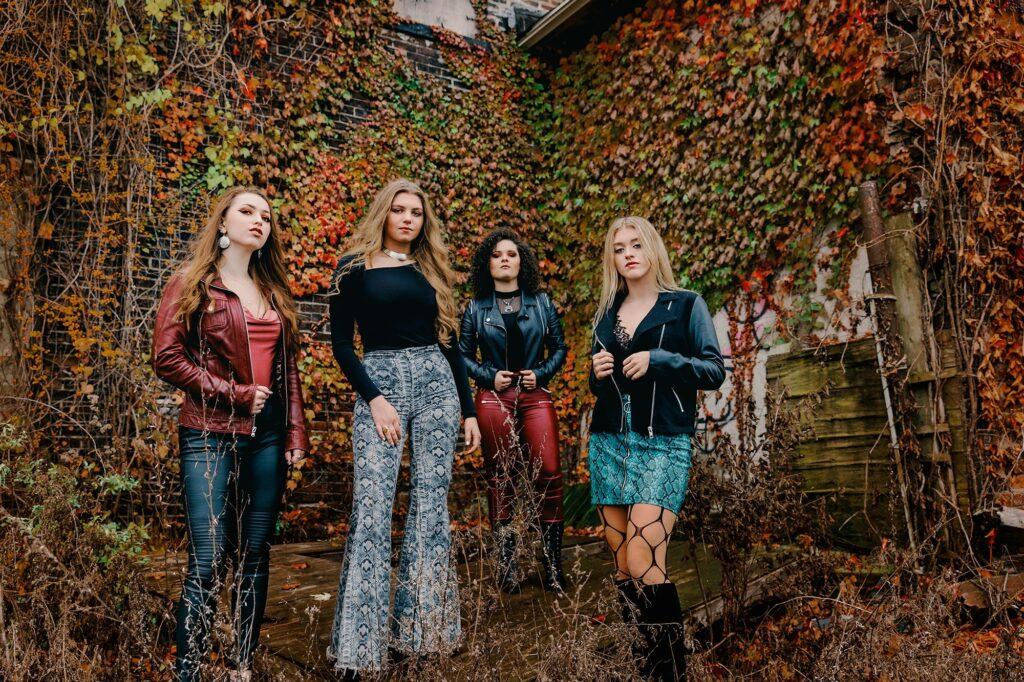 """PLUSH: Das Mädels-Quartett eröffnet mit """"Hate"""" ihre Diskografie"""
