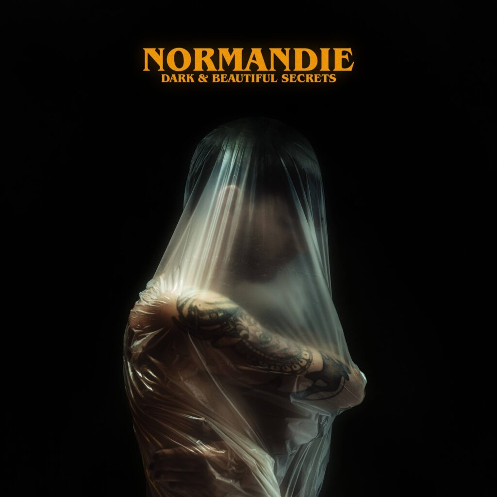"NORMANDIE: Schweden-Act hämmert uns die neue Single ""Thrown In The Gutter"" ins Hirn"