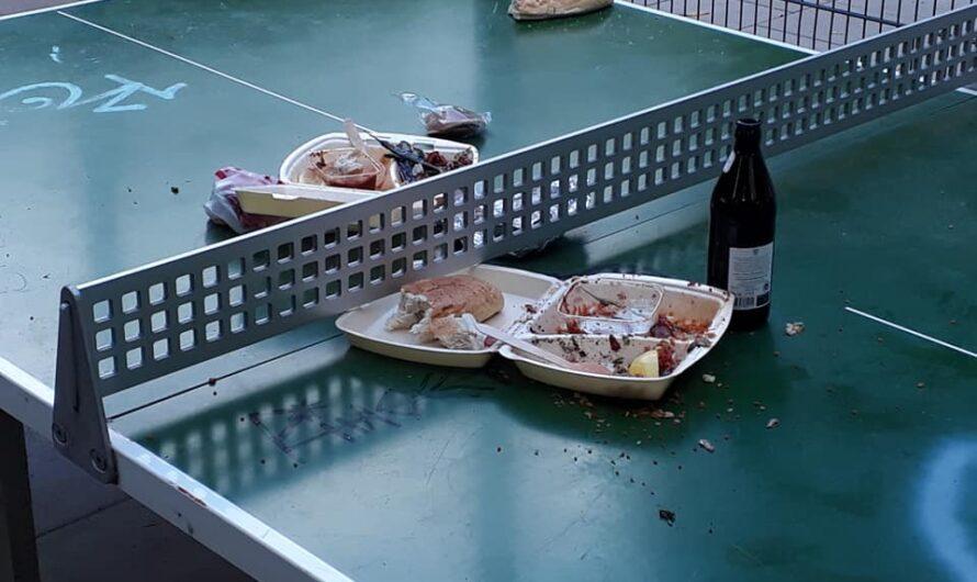 KÖLN: Die Rückstände der Spaßgesellschaft. Der Grüngürtel wird zum Müllgürtel.