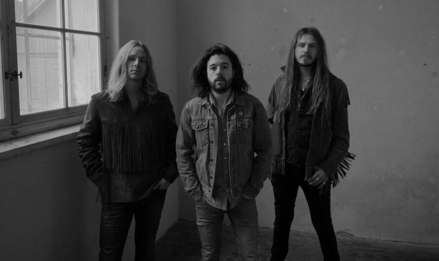 """STEW: Erstes Ausrufezeichen mit """"Heavy Wings"""" – schwedisches Power Trio meldet sich zurück"""
