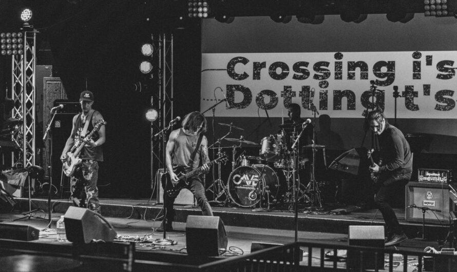 "CROSSING I'S DOTTING T'S: ""Dissatisfied"" – die neue Single unter neuem Dach"